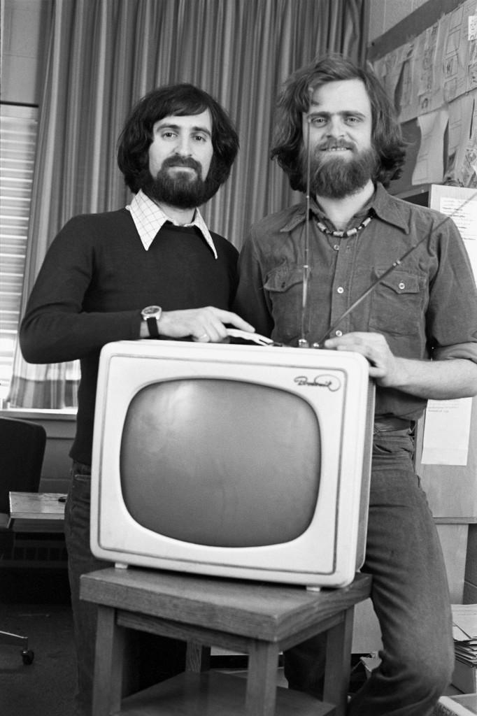 Les réalisateurs Robert Awad et André Leduc avec leur fausse télévision de marque « Bronswik » sur le plateau de tournage du film L'affaire Bronswik, en avril 1978.