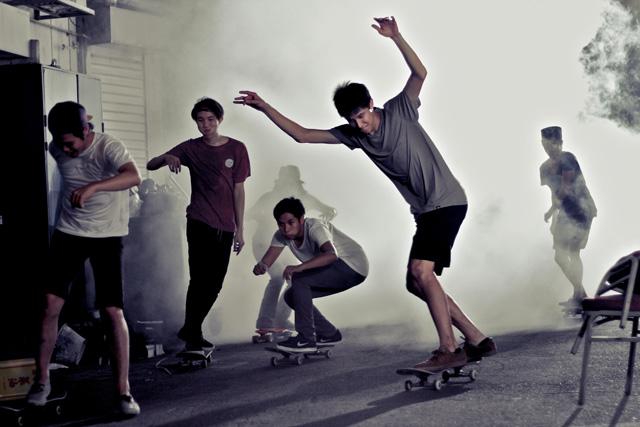 De jeunes planchistes s'amusent dans les rues de Singapour.