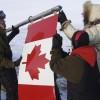 Photo de citoyens tenant le drapeau du Canada