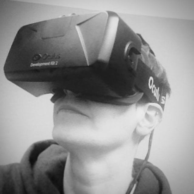 Karen Vanderbroght, l'une des 16 créatrices, avec ses lunettes Oculus de RV