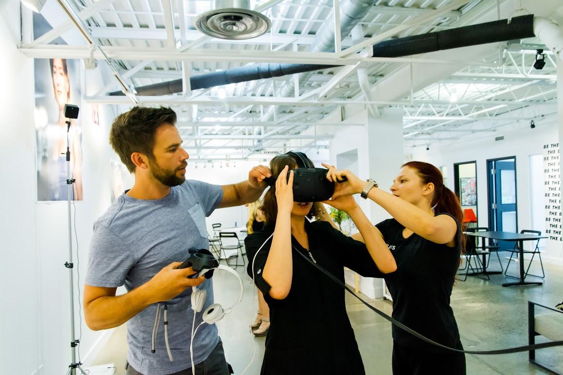 Martin Viau et Celine Tricart assister Clara Garcia Fraile avec un casque de réalité virtuelle