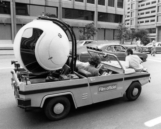 L'équipe de tournage transporte une caméra aérienne.