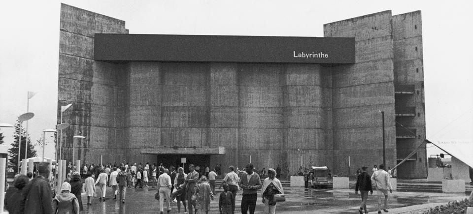 Découvrez l'histoire de la construction du pavillon Labyrinthe d'Expo 67
