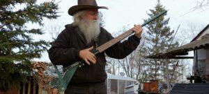 Voici Lorne Collie, le luthier qui transforme les râteaux en guitares